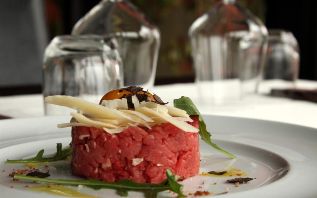 Tartare con tartufo, rucola e parmigiano